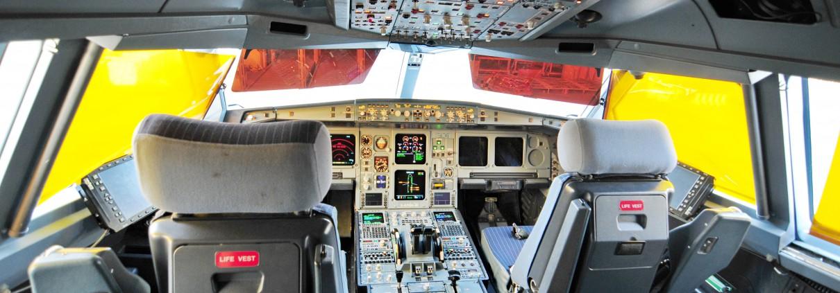 13-08-06-Cockpit-d-alpa-a330-200